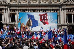 Le rassemblement frontiste devant l'Opéra de Paris.
