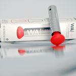 Ce petit aérosol de 2ml aux faux airs de bâton de rouge à lèvres libère 0,075 ml d'alcool à chaque pulvérisation.