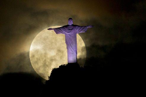 La «super lune» éclaire le Corcovado et la statue du Christ rédempteur, à Rio de Janeiro, Brésil.