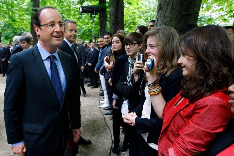 <strong>Commémorations.</strong> Après la cérémonie du 8 mai, c'est son deuxième acte symbolique en tant que président de la République élu. Dans le jardin du Luxembourg, en présence du président PS du Sénat, Jean-Pierre Bel, et du ministre de la Culture Frédéric Mitterrand, François Hollande s'est rendu à la 7e commémoration de l'abolition de l'esclavage. «Je voulais donner ce message de rassemblement autour de nos mémoires et de ce qu'est notre histoire», a déclaré le président élu en marge de la cérémonie au cours de laquelle il n'a pas pris la parole. «J'étais heureux de me retrouver au milieu des autorités de la République, de jeunes et de représentants des divers pays, car la traite, l'esclavage ont été hélas des phénomènes mondiaux», ajoute le chef de l'Etat. François Hollande entend aussi envoyé un message aux jeunes générations. «L'histoire de l'esclavage a longtemps été occulté. Et pour des générations, la mienne notamment, n'était transmis que l'abolition et pas ce qui s'était produit avant, c'est-à-dire l'esclavage lui-même».