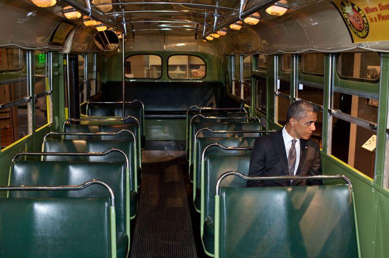 Là où tout a commencé. C'est un symbole fort.Très ému,l eprésident américain Barack Obama regardepar la fenêtre du bus où Rosa Parks, figure de la lutte contre la ségrégation raciale aux EtatsUnis, a commencé son combat, le 1er décembre 1955, à Montgomery, dans l'Alabama. Ce jour là, dans ce bus conservé aujourd'hui par le musée Henry Ford de Dearborn (Michigan), la jeune couturière noire refuse pour la première fois de céder sa place à un Blanc. Arrêtée par la police, elle estcondamnée à payer une amendede 15 dollars. Mais elle fait appel. Martin Luther King, un jeune pasteur noir de 26 ans, lance alors une campagne de boycott contre la compagnie de bus. Elle durera 381 jours et entraînera la fin de la ségrégation dans les transports.