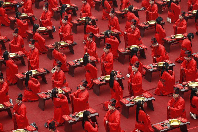 <strong>Le rouge est mis.</strong> Pour célébrer dignement leurs mariages, ces 130 couples venus de toute laChine, rêvaient de vivre cette cérémonie comme au temps de la dynastie des Han. Impossible, inimaginable même, il y a une dizaine d'années, leur souhait estdevenu réalité le 1er mai dernier à Xi'an, dans la province du Shaanxi. Le choix de Xi'an n'est pas un hasard, puisque cette ville abrite le célèbre mausolée du fondateur de la Chine moderne, l'empereur Qin,enterré avec ses milliers de guerriers d'argile. Un tombeau démesuré construit vers 210 avant notre ère. Vêtus de rouge, couleur du bonheur en Chine, ces jeunes mariés répètent,comme au théâtre, les gestes millénaires des nobles des temps anciens.Une nouvelle Révolution culturelle, conservatrice cette fois.