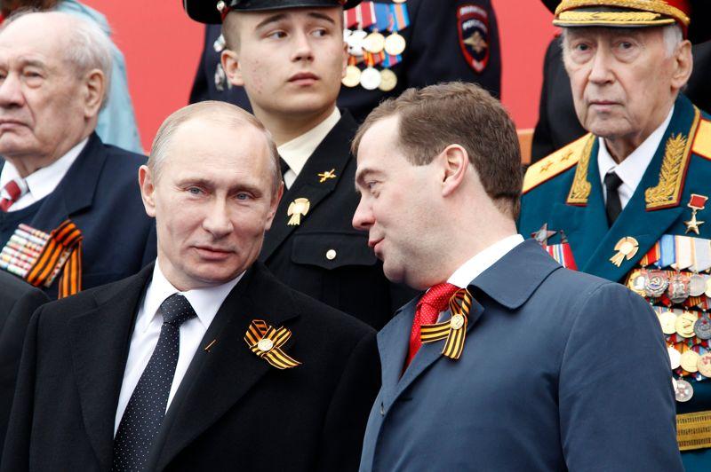 <strong>Parade.</strong> Le président Vladimir Poutine a prononcé ce mercredi un discours aux accents patriotiques lors d'un défilé militaire sur la place Rouge pour commémorer la victoire de 1945 sur l'Allemagne nazie, et a déclaré qu'il entendait renforcer la voix de la Russie sur la scène internationale. Du haut de la tribune, il a ensuite assisté au défilé des régiments au pas de l'oie, des chars et des camions lance-missiles, avec, à ses côtés, les plus hauts gradés de l'armée russe et un Dmitri Medvedev redevenu premier ministre. Au surlendemain de son investiture à la présidence pour un mandat de six ans, il a lancé un vibrant appel à l'unité nationale, alors même que le pays vient de connaître, dimanche, une série de manifestations contre son retour au Kremlin. Après les grandes protestations contre les résultats, jugés frauduleux par l'opposition des législatives du 4 décembre, le nouveau chef de l'Etat va devoir réaffirmer son autorité sur le pays, même s'il n'a jamais quitté le pouvoir.