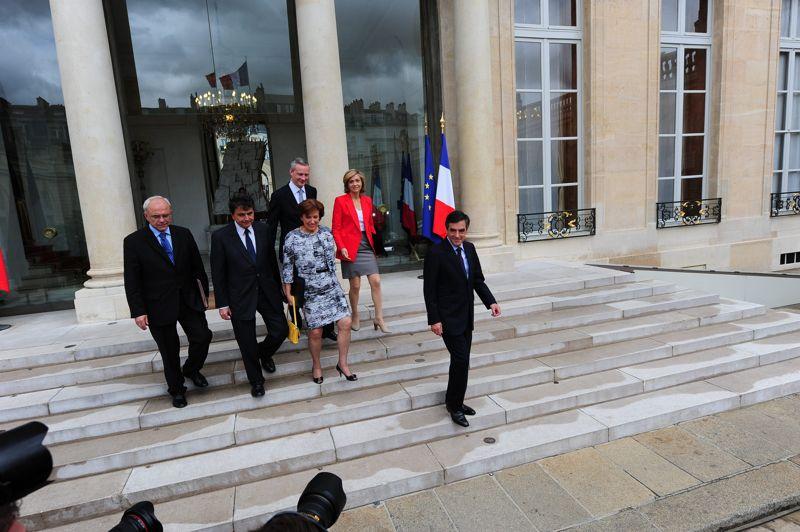 <strong>Le conseil des adieux.</strong> Nicolas Sarkozy a réuni ce mercredi un dernier conseil des ministres empreint de nostalgie, trois jours après sa défaite à l'élection présidentielle et a invité les membres du gouvernement à ne pas céder à l'amertume. Le premier ministre François Fillon, en poste pendant tout le quinquennat, remettra jeudi au président sortant la démission du gouvernement, qui gérera cependant les affaires courantes jusqu'à la passation de pouvoir du 15 mai. Généralement peu loquaces à l'issue des conseils, ministres et secrétaires d'Etat se sont attardés dans la cour de l'Elysée pour parler aux nombreux journalistes présents. Beaucoup emportaient en souvenir leur maroquin et le chevalet de carton portant leur nom, dédicacé par le président sortant, qui a souhaité, selon eux, «bonne chance à la nouvelle équipe» et au président socialiste élu, François Hollande.