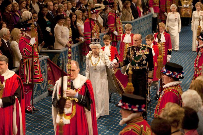 """<strong>Vers une réforme?</strong> L'ouverture officielle du Parlement britannique s'est déroulée ce mercredi. Une reine dans un carrosse, oui, nous sommes en Angleterre, où la souveraine participe toujours à la vie politique, à plus de 86 ans. Accompagnée du prince Philip, son époux, Elizabeth II qui, pour l'occasion, avait revêtu ses vêtements d'apparat et mis la couronne impériale, a lu le traditionnel """"discours de la reine"""" devant le parlement. Après un rituel immuable, Elisabeth II, qui lisait en fait le programme législatif du Premier ministre conservateur David Cameron, a annoncé une vingtaine de projets de loi dont une réforme controversée de la Chambre des Lords et quelques mesures économiques, sociales ou favorables à la famille, censées atténuer l'austérité."""