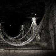 Les robes fantômes de Chiharu Shiota