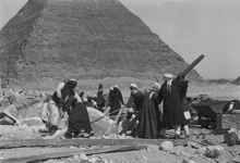 Fouilles par l'équipe archéologique de Harvard près de la pyramide de Mykérinos en 1907.