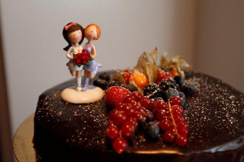 Une figurine sur le gâteau de mariage de deux Islandaises. Le mariage homosexuel est légal en Islande depuis 2010.