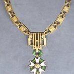 Le motif central de la chaîne est constitué par le monogramme «HP» (Honneur et Patrie).