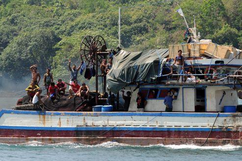 Des pêcheurs philippins naviguent dans la zone du récif de Scarborough.