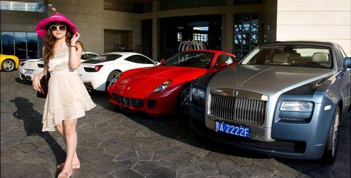 Le parking de l'hôtel MGM au lendemain d'une «fête blanche» à laquelle était conviée toute la jeunesse dorée présente sur l'île. Nous avons dénombré 8 Ferrari, 1 Lamborghini, 1 Rolls, 1 Bentley et des rangées d'Audi, de Porsche et de Mercedes.