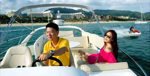 Promenade en yacht au large de Yalong Bay, l'une des plages où les hôtels de luxe sont les plus nombreux. On y pratique tous les sports nautiques dont la natation et la plongée. Depuis peu, Hainan compte trois champions nationaux de surf.