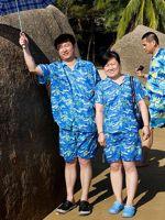 La plage n'est pas privée. Elle est fréquentée par des touristes ayant pour point commun d'adorer les tenues hawaïennes.