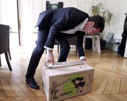 Benoist Apparu, ministre chargé du Logement, fait ses cartons dans son bureau .