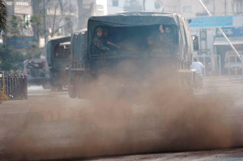 Des militaires déployés dans le quartier de Bab al-Tabene, à Tripoli.