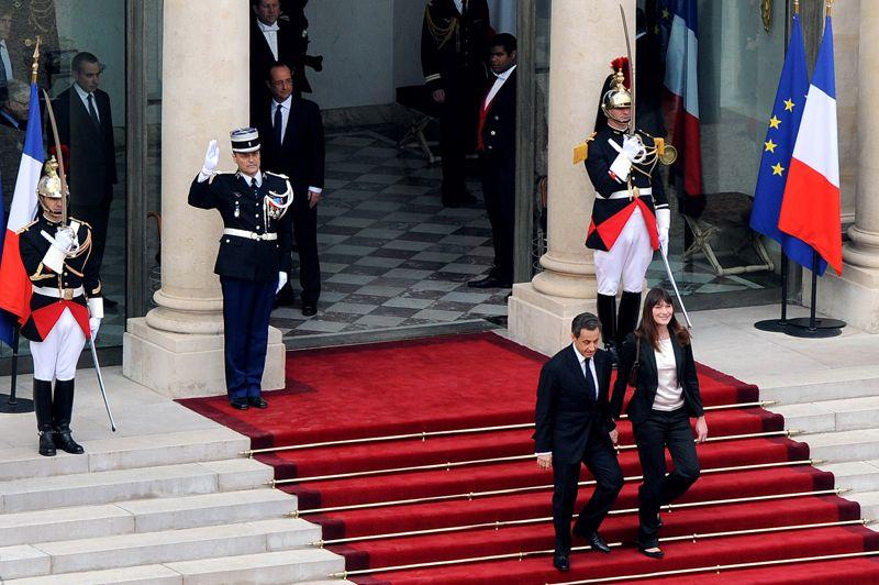 <strong>Digne sortie.</strong> Nicolas Sarkozy a quitté mardi le palais de l'Élysée après avoir passé ses pouvoirs au socialiste François Hollande. Après l'entretien en tête à tête, le président sortant, main dans la main avec son épouse Carla Bruni-Sarkozy, a descendu le tapis rouge jusqu'à la voiture à bord de laquelle il a quitté la cour d'honneur du palais présidentiel. François Hollande l'a accompagné jusqu'au perron en compagnie de la nouvelle Première dame de France Valérie Trierweiler. Les deux hommes se sont alors serrés la main et les deux femmes se sont embrassées avant de se quitter. Puis Nicolas Sarkozy a salué de la main journalistes, collaborateurs de l'Élysée et gardes républicains massés dans la cour d'honneur. Peu avant 11h, le véhicule dans lequel avaient pris place M. Sarkozy et son épouse est arrivé à leur domicile du XVIe arrondissement. Des supporteurs du président sortant brandissant des drapeaux tricolores attendaient le couple dans leur rue.
