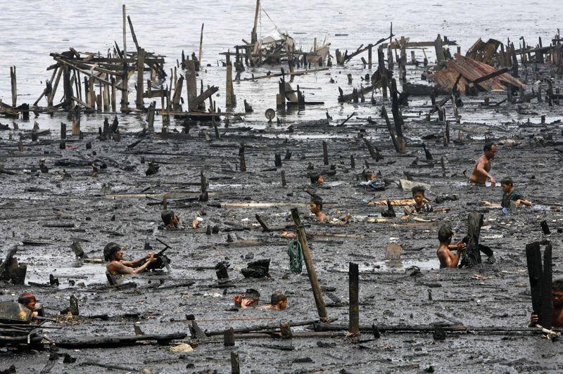 <strong>À rude épreuve.</strong> Ils ont tout perdu. Des habitants du bidonville de la baie de Manille aux Philippines flottent sur les derniers restes de leurs maisons. Quelques heures plus tôt, un terrible incendie a détruit au moins 1000 habitations construites de planches et de bois sur des pilotis en bambous, laissant ainsi 5000 familles sans abris. La reconstruction sera longue. Seuls ceux qui pourront récupérer leurs biens sur la terre ferme retrouveront un abri. Les autres seront sans doute relogés ailleurs, un peu plus loin. En attendant que la vie reprenne...