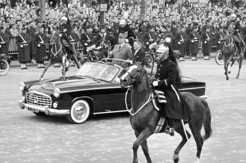 Le premier président de la Ve République avait choisi une Simca pour remonter les Champs Elysées le 8 janvier 1959. Mais c'est à bord d'une DS qu'il échappera à l'attentat du Petit-Clamart en août 1962. Malgré deux pneus crevés, le chauffeur réussit à garder le contrôle de la voiture criblée de balles et accélére pour continuer sa route, il sauve la vie du général Charles De Gaulle. A sa mort en 1970, sa famille fait don de la voiture à l'Institut Charles de Gaulle, qui entreprend sa reconstitution avec le soutien de Citroën.