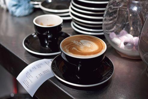 Selon le Pr Jean Costentin, membre des Académies de médecine et de pharmacie, «le café est une bonne drogue... qui ne perturbe pas le fonctionnement psychique».