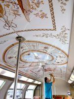 Le pelliculage est réalisé à partir de photos des décors du château de Versailles.