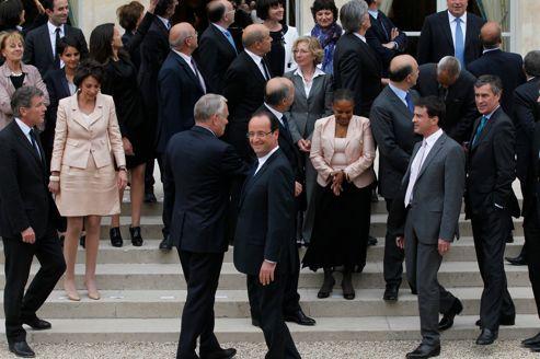 Fin de la pose à l'issue du premier Conseil des ministres.