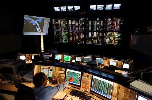 C'est dans la salle de contrôle, située sur les hauteurs de Panamá City, que l'on régule le passage de dizaines de bateaux chaque jour.