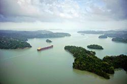 Immense réservoir naturel, le lac Gatún, indispensable au fonctionnement des écluses, sera approfondi de 45 cm.