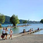 Située en pleine ville, la plage d'Annecy-le-Vieux est une des plus réputées du lac. Aux jours les plus chauds, ses longs embarcadères de bois sont idéaux pour profiter un peu de l'eau fraîche.