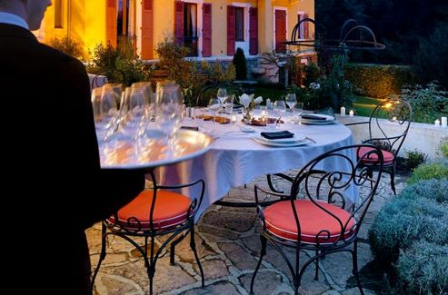 La terrasse de l'hôtel des Trésoms offre, le temps d'un bon dîner, une des plus belles vues sur le lac.