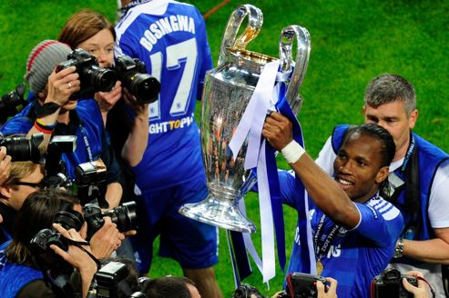 Décisif samedi soir à Munich contre le Bayern, Didier Drogba brandit le trophée de la Ligue des champions, premier titre international de sa carrière.