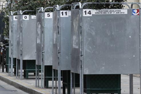 Des panneaux électoraux à Paris. 6541 candidats se présentent dans toute la France aux scrutins des élections législatives des 10 et 17 juin.