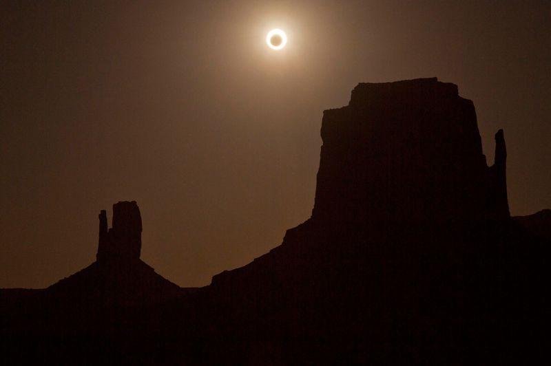 À Monument Valley en Arizona, l'anneau de feu de l'éclipse était visible lors du coucher du soleil.