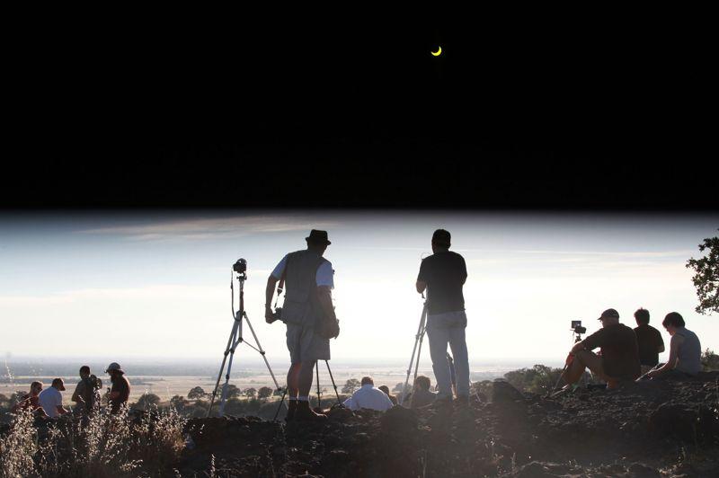 Des observateurs à Chico en Californie. Le ciel noir sur le haut de l'image est le résultat d'un filtre placé devant l'objectif.