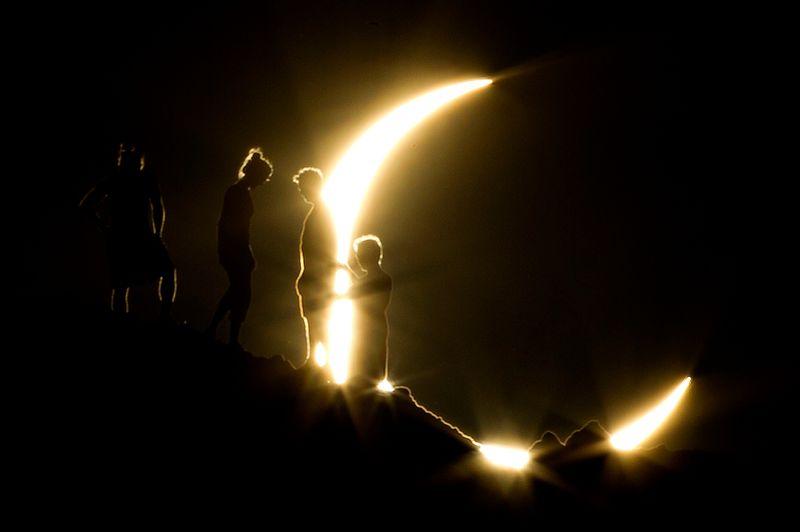 Des randonneurs devant le dernier croissant de soleil avant son coucher, à Phoenix en Arizona.