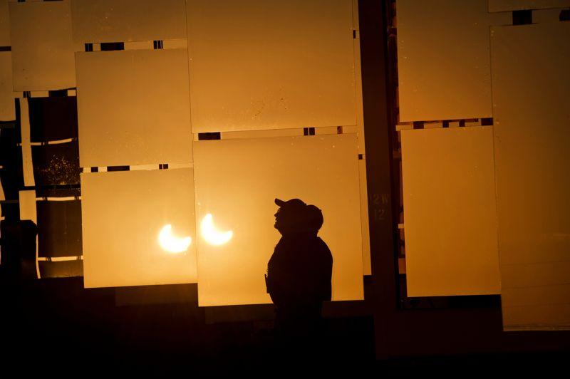 L'éclipse se reflète sur les miroirs du l'installation solaire du Département américain de l'énergie, à Albuquerque au Nouveau-Mexique.