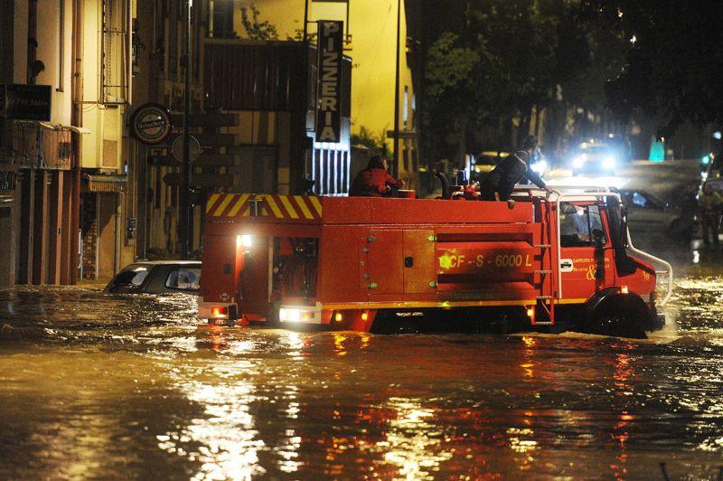 <strong>Après le déluge.</strong> Des précipitations record se sont abattues sur l'agglomération de Nancy, dans la nuit de lundi à mardi, laissant un paysage de désolation. Plus de 200 pompiers ont mené près de 800 interventions, procédant à des dizaines d'évacuations, principalement sur la partie est de l'agglomération dans les communes d'Essey-lès-Nancy et Saint-Max. Ce matin, ils ont retrouvé une personne âgée décédée à son domicile. Plusieurs milliers de foyers ont été privés d'électricité durant la nuit et certains l'étaient encore en fin de matinée. D'innombrables caves ont été submergées par les eaux et de nombreuses routes ont été endommagées «par des torrents de boue comme on n'en avait jamais vus», selon les habitants. A certains endroits, l'eau est montée jusqu'à 2 mètres, faisant dériver les voitures sur plusieurs centaines de mètres. «Il a plu en une heure ce qui tombe habituellement en un mois», a résumé le préfet Raphaël Bartolt.