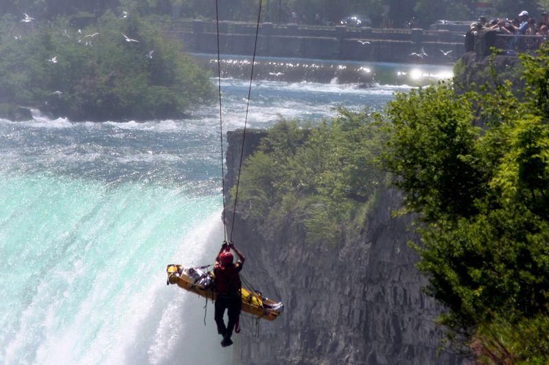 <strong>Raté.</strong> Une chute de 55 mètres, avec des rochers, des tourbillons et un torrent d'eau à l'arrivée: se jeter dans les chutes du Niagara est généralement mortel. Lundi, pourtant, un homme a survécu à cette plongée infernale alors qu'il tentait de se suicider. L'homme d'une quarantaine d'années a escaladé un mur de 7 mètres avant de se jeter délibérément dans le vide. Il a alors disparu dans les flots avant de refaire surface dans le bassin de la rivière à proximité d'une plate-forme d'observation. L'homme a été particulièrement chanceux. «Il a réussi à atteindre le rivage», a déclaré un secouriste, car «s'il avait été pris dans le courant principal, il aurait été emporté par la rivière» a-t-il ajouté. Secouru au moyen d'un câble aérien, il s'est blessé légèrement à la tête et sérieusement à la poitrine (des côtes cassées et un poumon plus sévèrement touché), mais ses jours ne sont pas en danger.