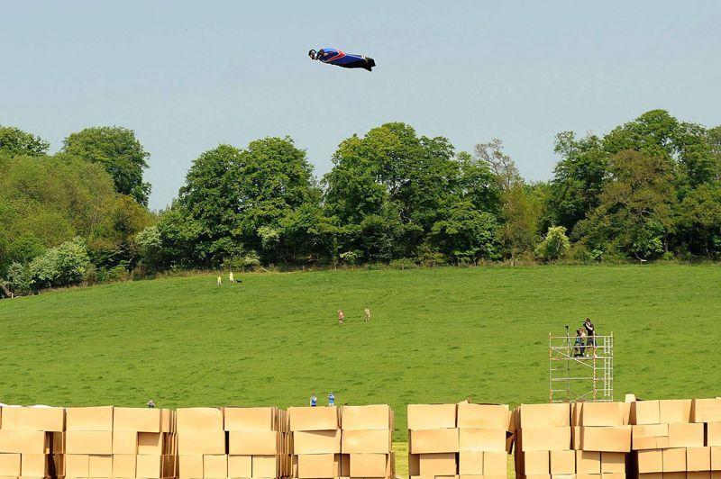 <strong>Sport extrême.</strong> Ce cascadeur britannique vient de réaliser le rêve de tout homme: voler comme un oiseau, sans parachute et se poser sans mal… dans une montagne de cartons. Vêtu d'une combinaison ailée: la «wingsuit», Gary Connery, a réalisé une chute libre «planée» de 730 mètres de hauteur. Largué depuis un hélicoptère, vêtu de sa seule combinaison, le «fou volant» s'est posé sans la moindre égratignure sur un parterre composé de 18.600 boîtes de cartons, cinquante secondes après son envol. «L'atterrissage a été tellement doux et confortable» exultait l'homme volant au micro d'une chaîne de TV avant de se féliciter de ses «bons calculs». Pour réaliser cet exploit, Gary Connery avait procédé à de nombreux saut de base-jump. Il s'était notamment aguerri dans les Alpes suisses et avait défrayé la chronique en sautant de la tour Eiffel à Paris et du London Eye.