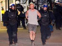 Dimanche, 300 personnes ont été arrêtées .