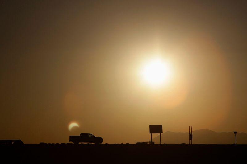 Reflet en forme de croissant sur l'arrière d'un pickup près de Flagstaff en Arizona.