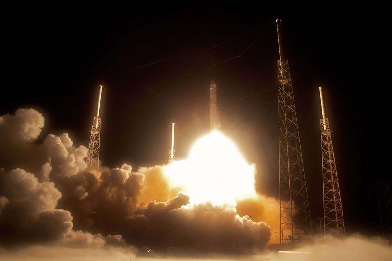 <strong>Réussi.</strong> C'est le début d'une nouvelle ère dans le transport orbital. Depuis la base aérienne de Cap Canaveral en Floride, la société américaine SpaceX a lancé mardi avec succès sa fusée Falcon 9 emportant une capsule, Dragon, contenant 450 kg de fret à destination de la Station spatiale internationale. C'est la première fois qu'un vol vers l'ISS est assuré par une entreprise privée. Le lancement avait été annulé samedi à une demi-seconde du décollage, les ordinateurs ayant détecté un problème dans une valve d'une des chambres de combustion des neuf moteurs. Ce vol de démonstration permettra de tester différentes technologies: positionnement (GPS), vol libre (moteurs éteints), communication avec l'ISS. Avec la fin des navettes et l'ouverture au privé, une nouvelle gestion du transport spatial est donc définitivement ouverte aux États-Unis. Elle concerne pour l'instant uniquement le matériel mais pourrait s'étendre aux vols habités en orbite basse dans un futur proche.
