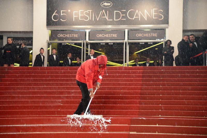 <strong>Croisette noyée.</strong> C'est l'invitée surprise du festival de Cannes. Après une ouverture sous le soleil puis quelques averses ici ou là, le ciel très bas et menaçant de dimanche a rapidement déversé des trombes d'eau. Équipés de raclettes, des employés du Palais des Festivals se sont relayés sur les plus célèbres marches du monde pour évacuer les flaques. Adieux bains de soleil, déjeuners en terrasses et poses interminables devant les photographes avant la montée des marches. Le tapis rouge est détrempé, festivaliers et badauds se réfugient au chaud, grelotant de froid. Plusieurs fêtes ont été annulées, tout comme le feu d'artifice du 65e anniversaire, reporté à mardi soir «si la météo s'améliore». Organisé sous un chapiteau, le dîner officiel a été maintenu de justesse mais, un peu plus loin, le «dance floor» animé par Bob Sinclar ressemblait à un pédiluve. Le toit d'une salle de projection a été endommagé obligeant les organisateurs à annuler deux séances. Tout était rentré dans l'ordre lundi en milieu de journée.