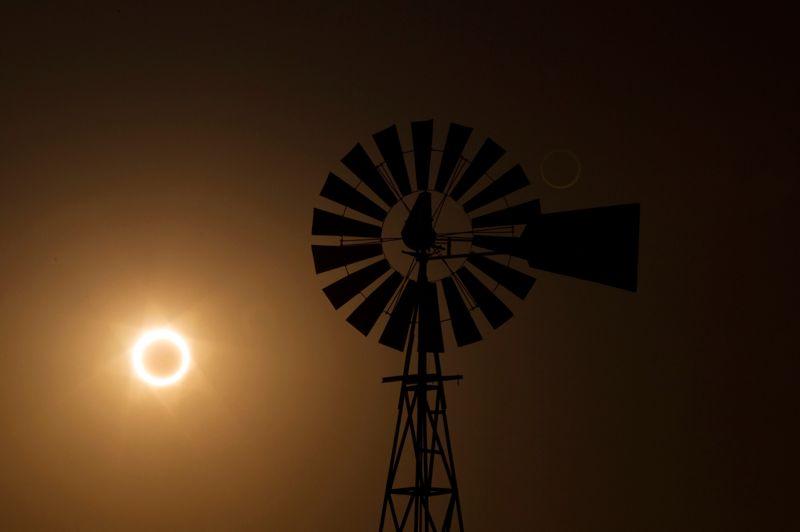 <strong>Rarissime.</strong> L'éclipse annulaire s'est étendue sur un arc de 13.600 kilomètres. Alors, pour l'occasion, des millions d'Asiatiques et d'Américains avaient les yeux braqués vers le ciel lundi à l'aube ou dimanche au crépuscule, admirant avec enthousiasme la Lune masquer le Soleil, ne laissant qu'un spectaculaire anneau de lumière pendant environ quatre minutes. Des célébrations ont eu lieu dans les écoles et les musées au Japon, où le phénomène a été largement observé par la population. Traversant ensuite le Pacifique, l'ombre a émergé sur le nord de la Californie et le sud de l'état de l'Oregon, où des milliers de personnes ont assisté à l'éclipse solaire, la première à apparaître aux États-Unis depuis 1994. La traine solaire s'est ensuite déplacée au dessus du sud-est américain, à travers le centre du Nevada, le sud de l'Utah et le nord de l'Arizona, puis au Nouveau-Mexique. L'anneau de feu est ensuite passé, comme ici photographié, au dessus de Albuquerque, au Nouveau-Mexique, avant de s'essouffler à l'est de Lubbock, au Texas.