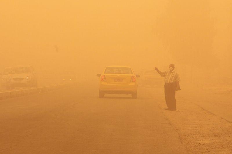 <strong>Paralysée.</strong> La capitale irakienne roule au ralenti ce mercredi, enveloppée dans une tempête de sable impressionnante. Les vents de sable ne sont pas rares en Irak, mais la sécheresse de cette année a aggravé la situation. La circulation est rendue extrêmement difficile, la visibilité ne dépassant pas quelques mètres et seules quelques voitures ont réussi à se déplacer à vitesse très réduite. De nombreux commerces sont fermés, et les habitants sont restés cloîtrés chez eux. Les quelques personnes aperçues sur les trottoirs portaient des masques. Les autorités ont indiqué que de nombreuses personnes ont été admises dans les hôpitaux pour des problèmes d'insuffisance respiratoire. Malgré tout, l'aéroport de Bagdad a pu rouvrir ce matin après être resté fermé mardi alors qu'était prévue dans la journée une réunion internationale cruciale pour discuter du programme nucléaire controversé de l'Iran. Tous les vols du jour, qu'ils soient au départ ou à l'arrivée, étaient programmés comme prévu.