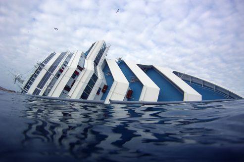 L'épave du «Concordia» repose sur le flanc droit à une centaine de  mètres du rivage, en bordure d'une fosse marine profonde de 80 mètres.
