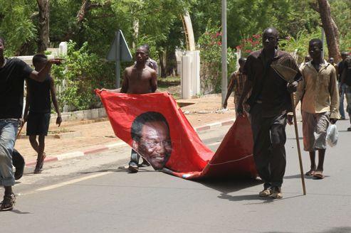 Au Mali, des manifestants blessent le nouveau président