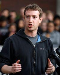 Mark Zuckerberg porte son traditionnel sweat-shirt à capuche qui n'a cessé de faire polémique.