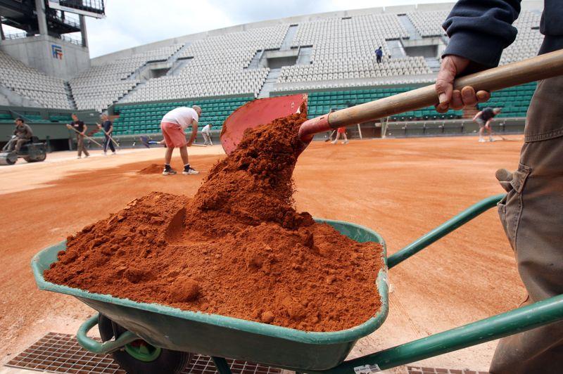 <strong>45 tonnes- </strong>Le poids de la terre battue utilisée pour la remise à neuf des cours avant le tournoi. C'est en moyenne 1,1 tonne par cours et 1,5 tonne pour le cours <a href=
