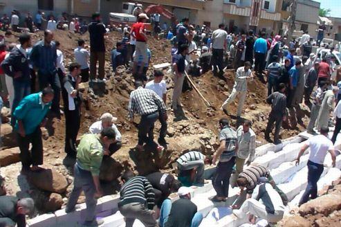Enterrement des cadavres de la tuerie de Houla dans une fosse commune, samedi 26 mai.