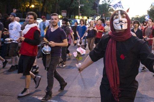 Après plus de cent jours de manifestations étudiantes <i>(ici le 26 mai à Montréal)</i>, la contestation s'est étendue au reste de la population après le vote, le 18mai, de la loi d'exception, dite «loi 78», qui restreint temporairement les libertés d'expression et de rassemblement au Québec.